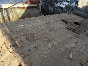 屋根修理のための杉皮撤去