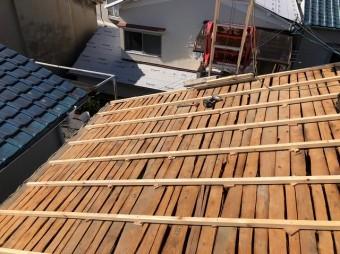 天理市の屋根葺き替え工事の不陸調整をしている様子