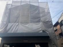 建物のをネットで囲った全体像