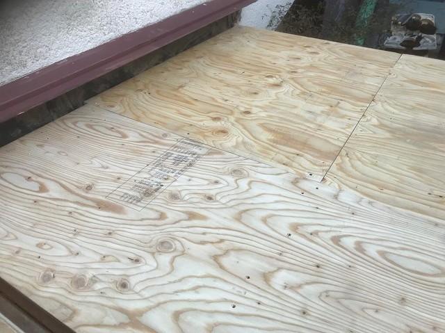 玄関部分に構造用合板を重ね張り