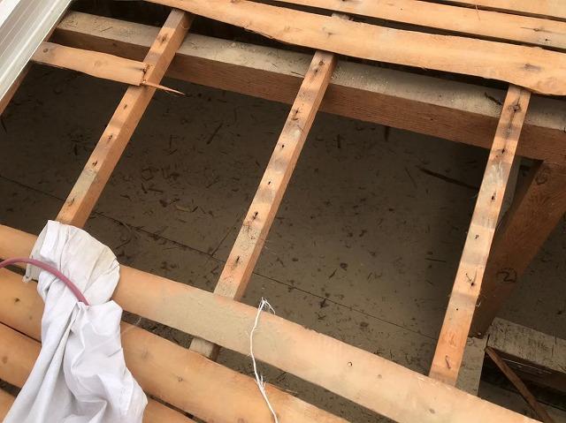 奈良市の長屋のリフォーム工事中、和瓦屋根の屋根裏の様子
