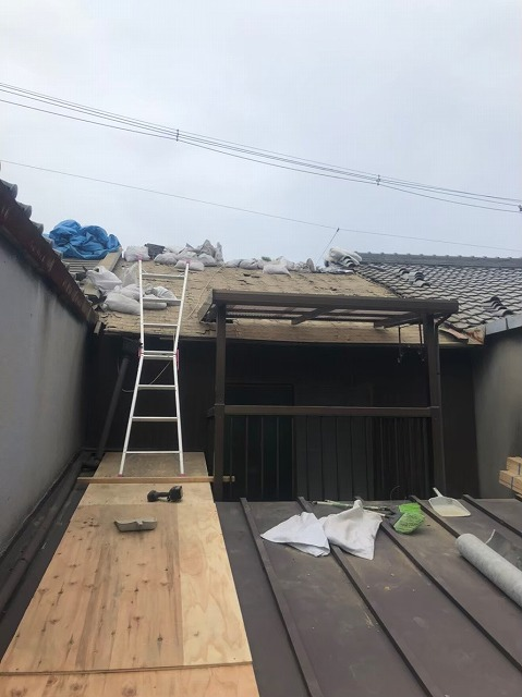 瓦と葺き土の撤去開始
