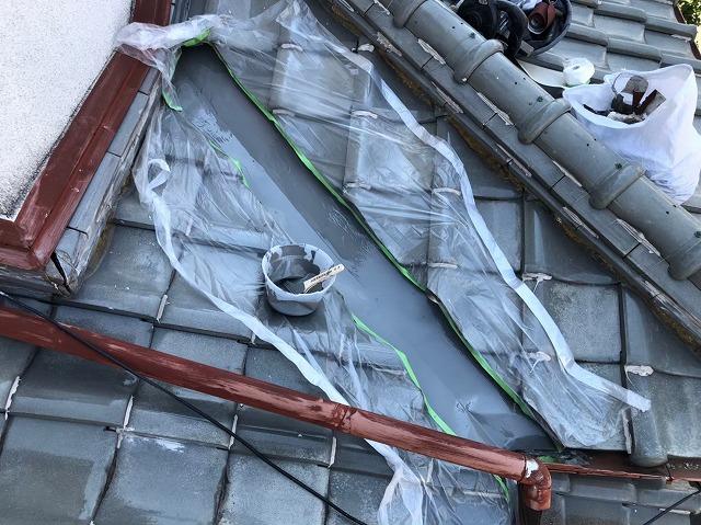 橿原市の下屋根の谷板金の塗装、下塗り