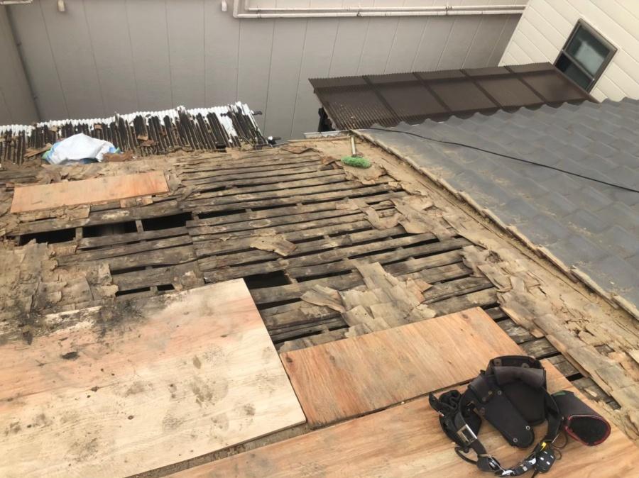 奈良市で葺き替え工事の作業の様子