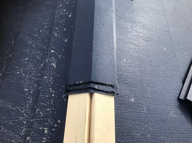 奈良市の屋根葺き替え工事、大棟の貫板に棟板金設置