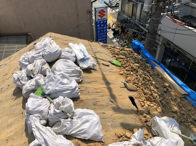 生駒市で瓦と葺き土を撤去した様子