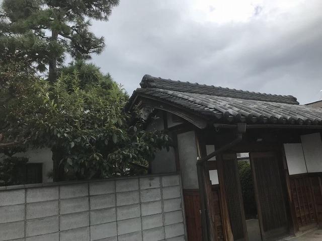 生駒市で築50年以上の古民家の和風門の屋根瓦を補修していく工事