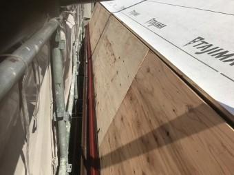 斑鳩町で急勾配屋根のルーフィング(防水紙)取り付け