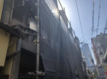 屋根工事で足場設置の様子