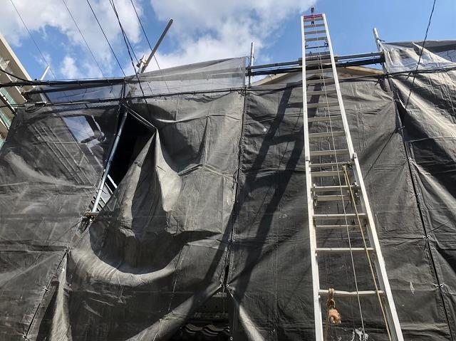 屋根葺き替えで仮設足場と梯子を設置