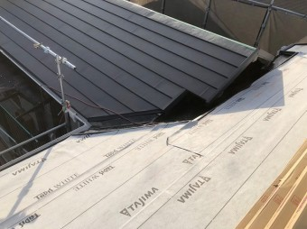 防水紙の次は屋根材設置