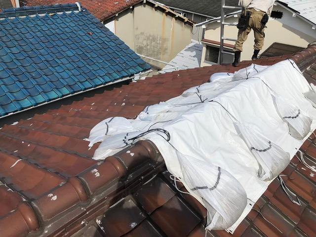 天理市の瓦屋根に雨養生をした様子