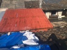 差し掛け屋根のトタン
