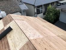 切り妻式屋根の増し張り作業