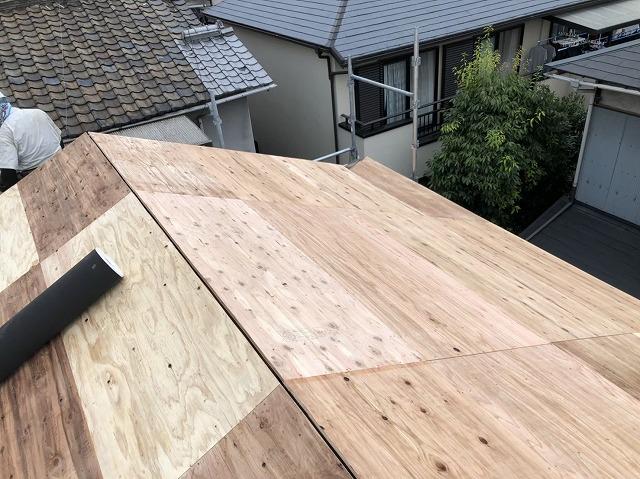 王寺町で構造用合板の上からルーフィング(下葺き材)張り付け作業