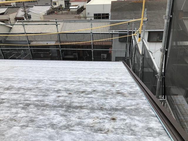差し掛け屋根の防水紙設置