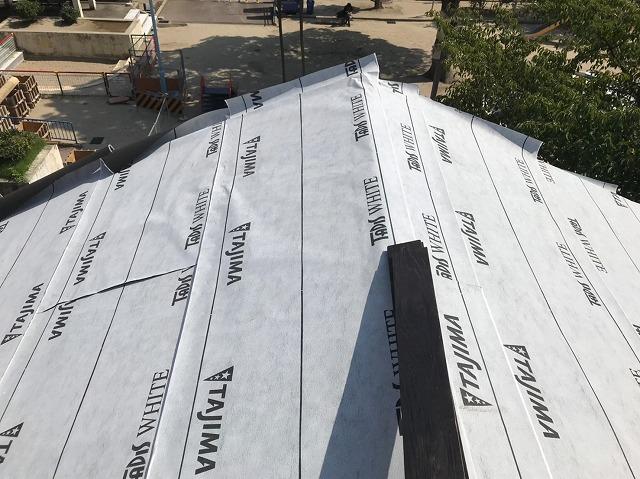奈良市の瓦屋根の葺き替え工事で防水紙を設置