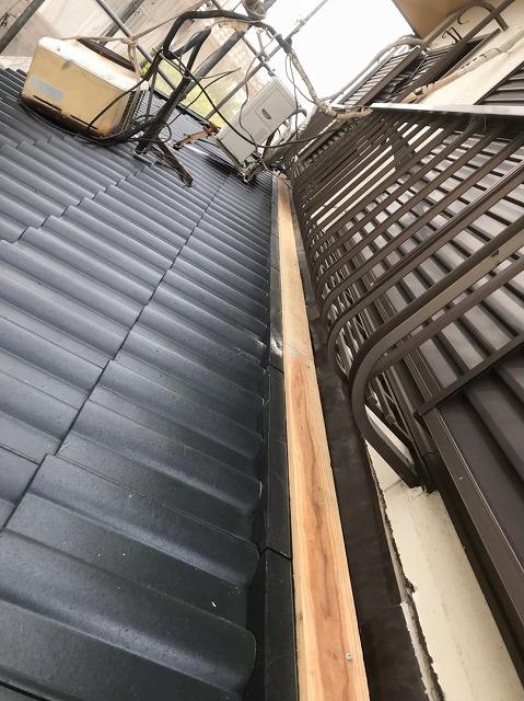 雨押さえ板を取り合い部分に設置