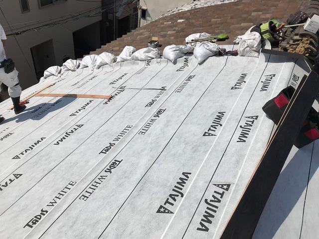 奈良市の葺き替え工事で防水紙を敷いているところ
