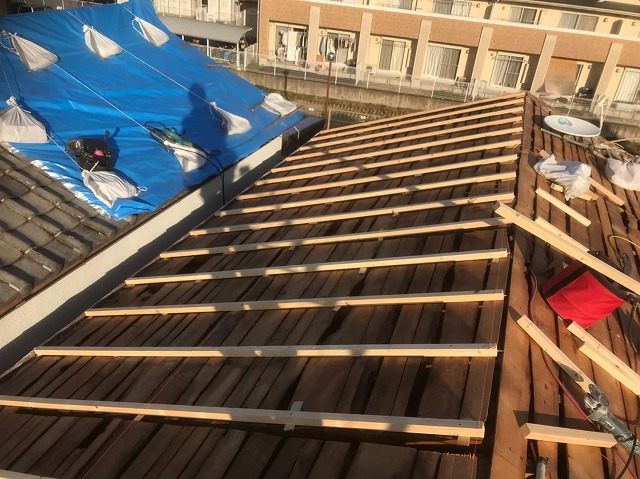 香芝市の葺き替え工事で不陸調整作業