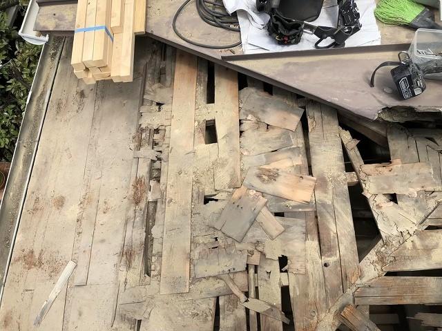 王寺町の瓦解体作業中