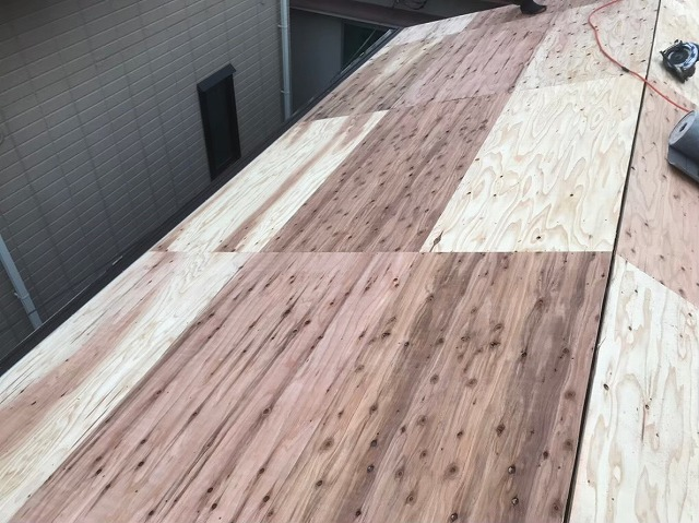 野地板の増し張りで屋根の下地作り