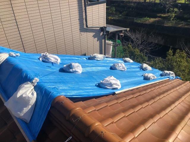 三宅町で暴風被害により崩れた瓦の応急処置