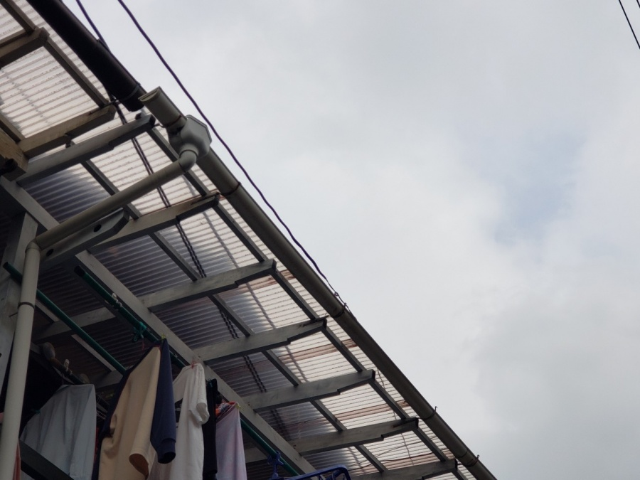 大阪市内の瓦屋根の住宅、ベランダ屋根