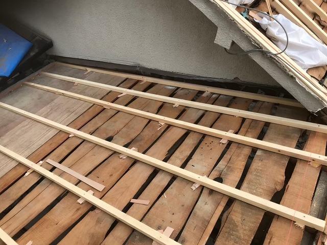 古い野地板に垂木設置