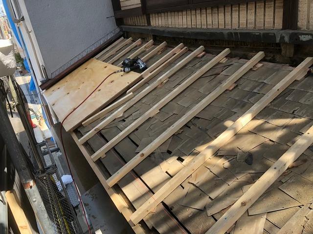 奈良市の雨漏り修理で下屋根の野地板を増し張り