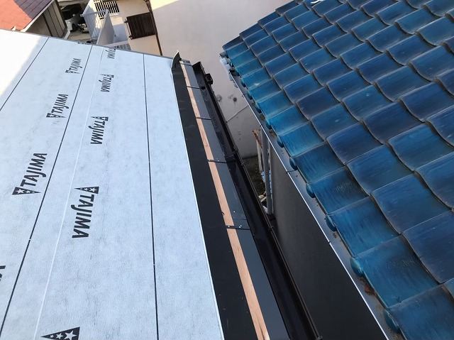 天理市の屋根葺き替え工事の雨仕舞いの様子