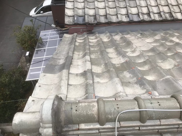 歪みが生じている釉薬瓦屋根