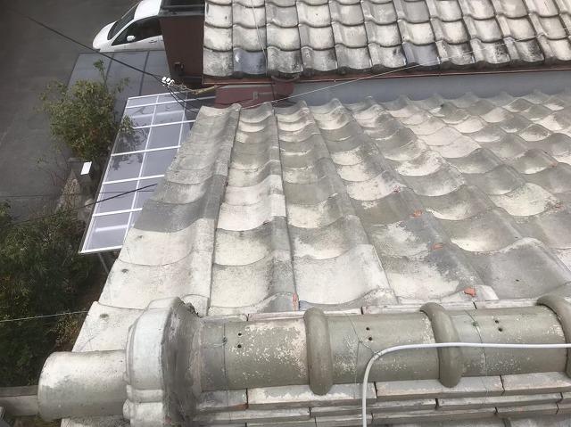 歪んでいる釉薬瓦屋根を発見