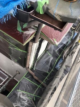 茶色の雨樋の補修前