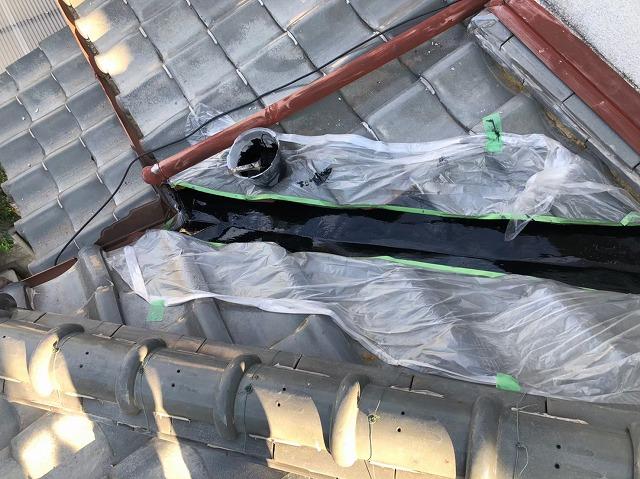 橿原市の下屋根の谷板金の塗装、上塗り