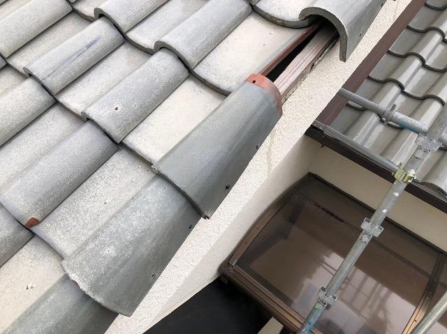 斑鳩町で袖瓦の補修作業の様子