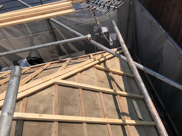 五條市の屋根に不陸調整