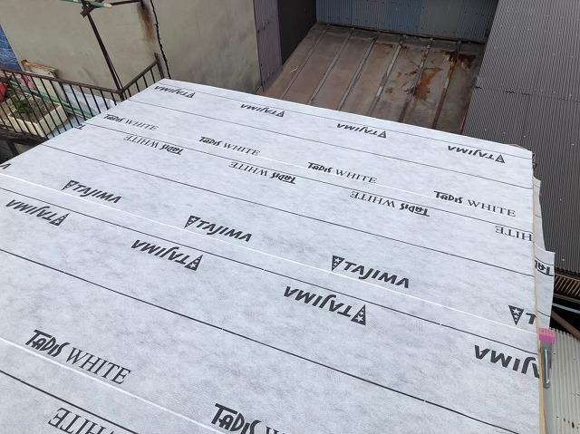 奈良市のトタン屋根の葺き替えで防水紙を設置