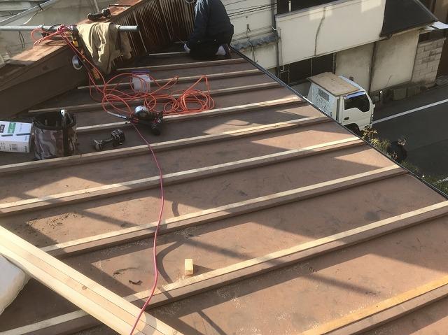 奈良市の店舗の瓦棒葺きトタン屋根を不陸調整