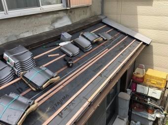 下屋根に瓦桟を設置