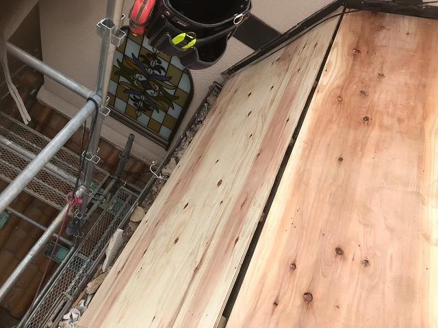 斑鳩町で急勾配屋根の増し張り作業