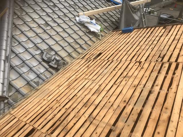 古い野地板と隣の瓦屋根