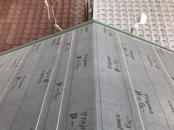 防水紙の設置と隣の瓦屋根