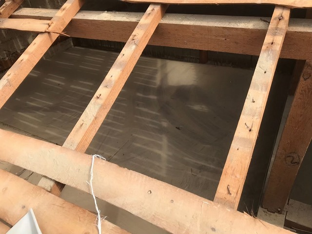 奈良市の長屋のリフォーム工事中、和瓦屋根の屋根裏清掃
