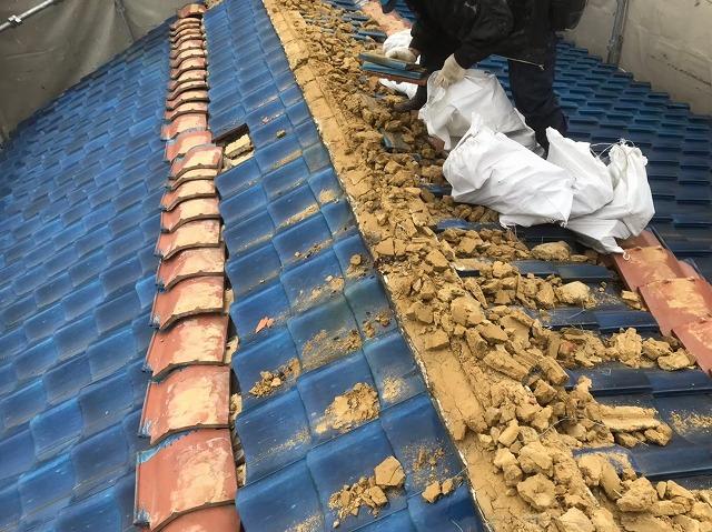 生駒市で棟瓦の解体作業