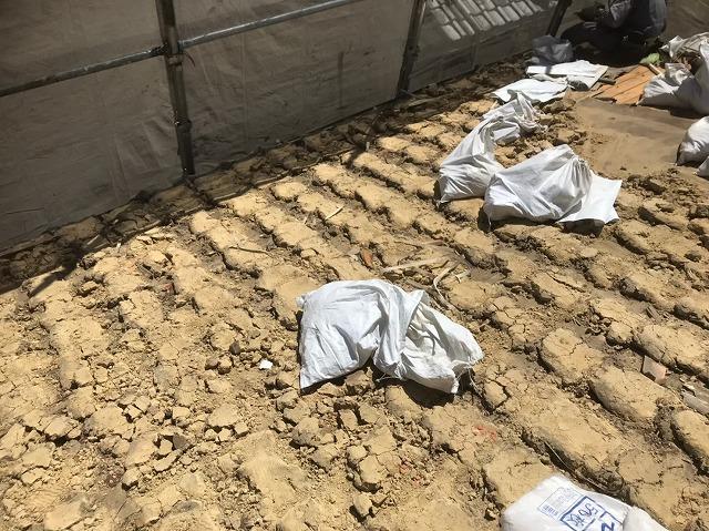 下屋の葺き土と土のう袋