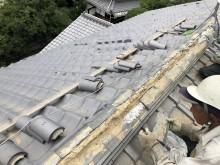 橿原市の和瓦屋根の崩れた棟の積み直し施工中