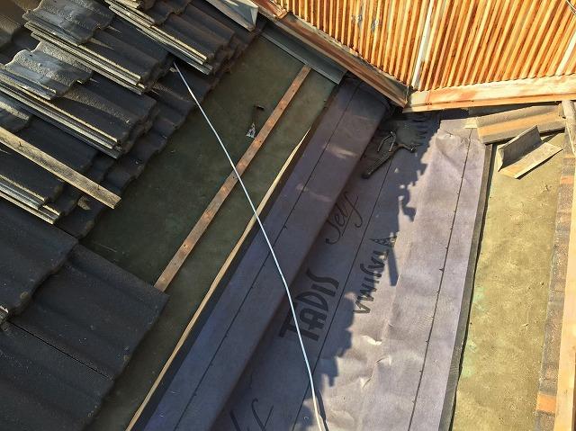 葛城市の谷板金の防水紙貼り