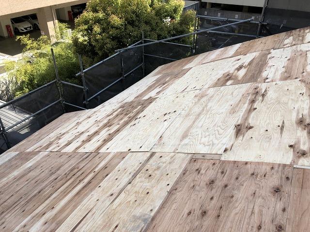 奈良市の複合屋根に野地板増し張り完成