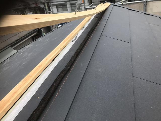 王寺町のスーパーガルテクト屋根の大棟に貫板